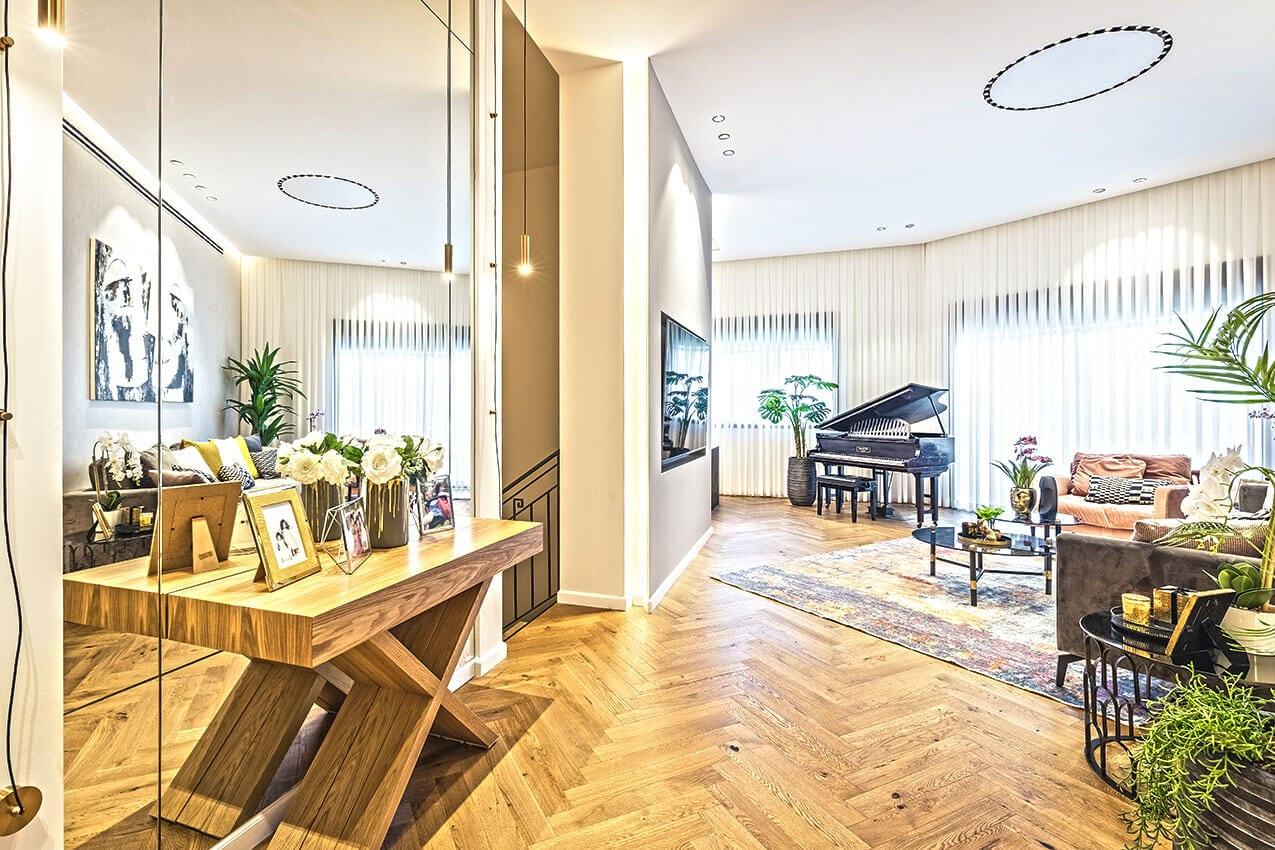 דירה במרכז, עיצוב פנים מודרני בשילוב עץ שמוסיף חמימות יצירת אמנות של אדריכלית ומעצבת פנים דובניקוב מריאנה מיטל שומר מסטודיו - אלמנטס אדריכלות ועיצוב פנים